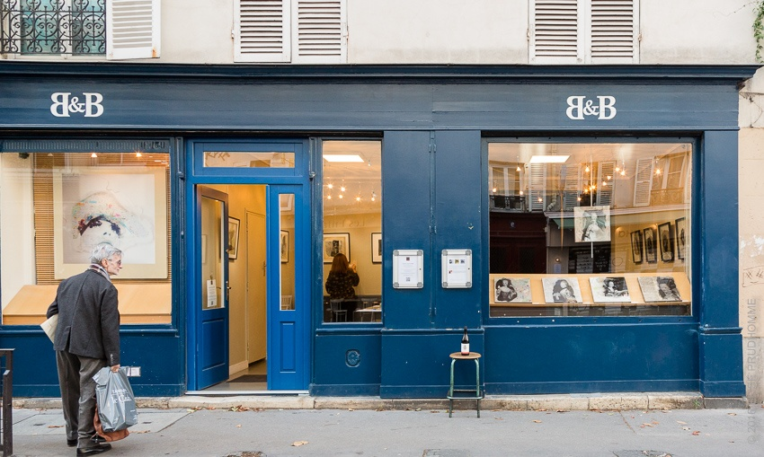 Three Feathers 2016 Pinot Noir in front of Studio Galerie B&B, Paris, France intrigues passers-by.